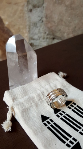 Atlantis ring with crystal